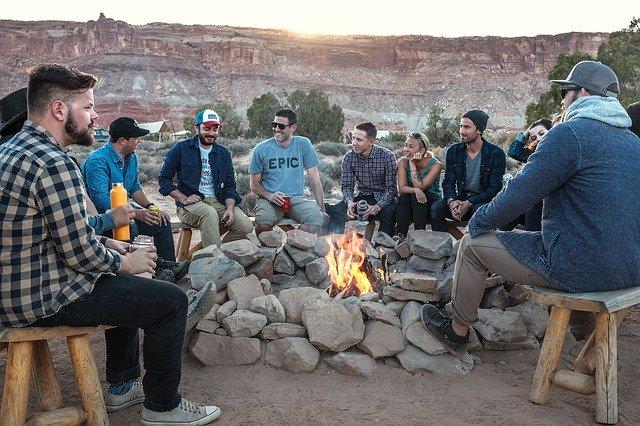 mężczyźni przy ognisku