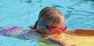 dziecko pływa